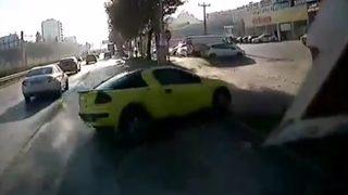 Kontrolden çıktı, araçların arasına daldı!