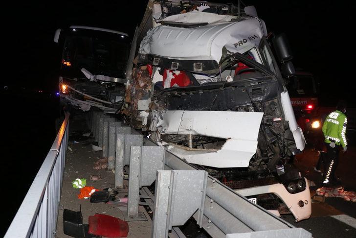 Adana'da yolcu otobüsü ile TIR çarpıştı: Yaralılar var
