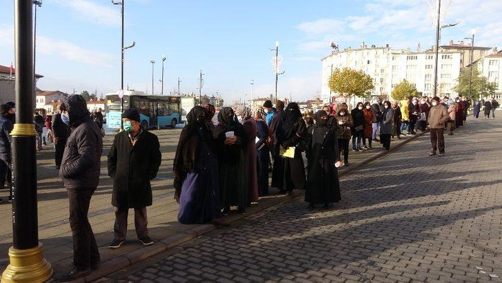 Sivas'ta salgına aldırış etmeden kuyruk oluşturan insanların görüntüsü korkuttu