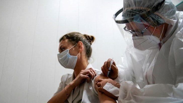Rusya kitlesel aşılamaya başladı, öncelik sağlık, eğitim ve sosyal hizmet görevlilerinde