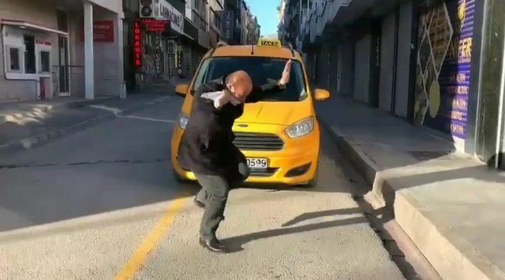 Müziğin ritmine kendini kaptıran taksici gülümsetti
