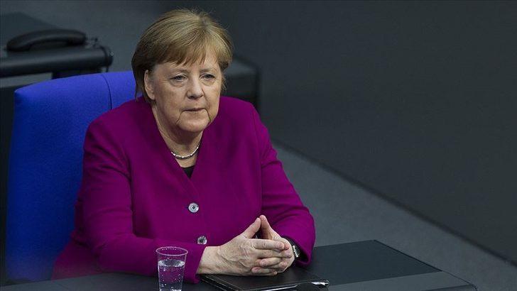 Merkel'den koronavirüse karşı aşı geliştiren Uğur Şahin ve Özlem Türeci'ye övgü