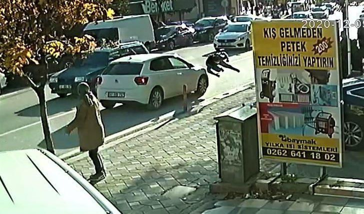 Kocaeli'de koşarak karşıya geçmek kadına otomobil çarptı! O anlar kamerada