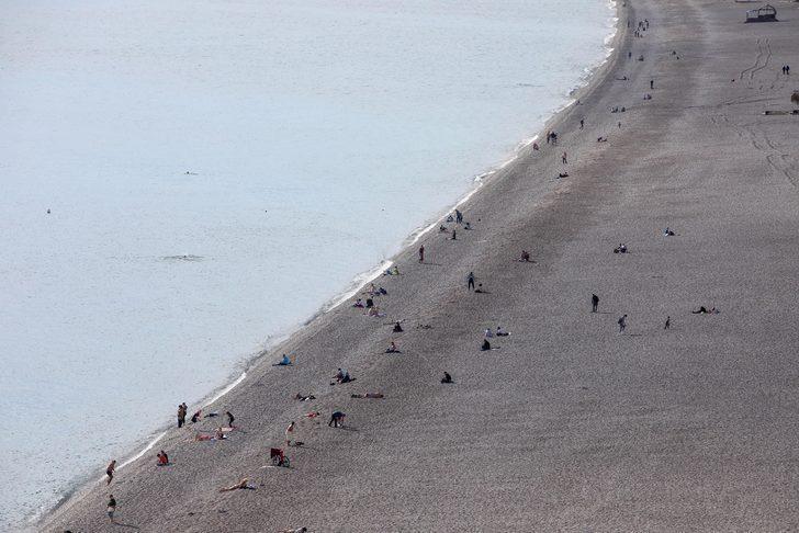 Sağanak beklenen Antalya'da deniz keyfi
