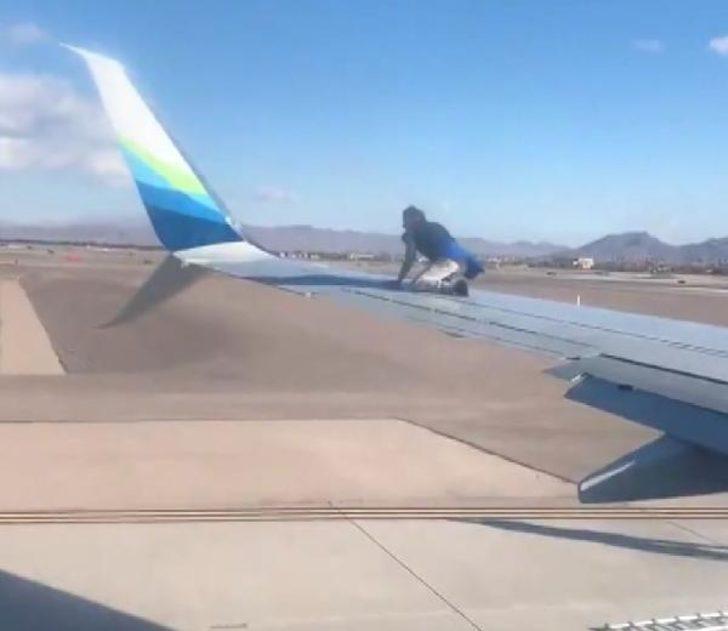 Şaşkına çeviren olay! Uçağın kanadına çıktı, çoraplarını çıkardı