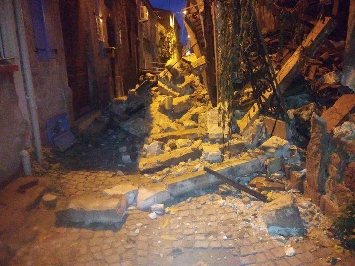 İzmir ve Balıkesir'de şiddetli yağmur binalara zarar verdi