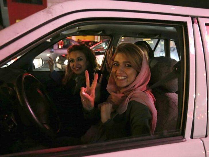 İranlı kadınlar araç içinde saçlarını açtı, ülke ayağa kalktı!