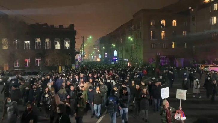 Ermenistan'da Paşinyan karşıtı gösteri! Binlerce kişi sokaklara döküldü