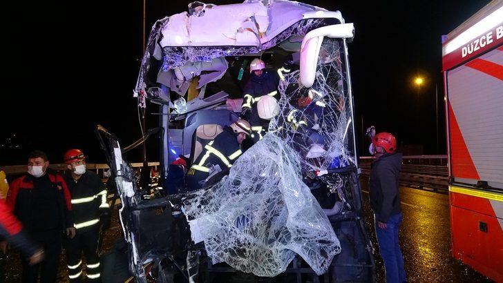 Düzce'de feci kaza! Yolcu otobüsü kamyona arkadan çarptı: 16 yaralı