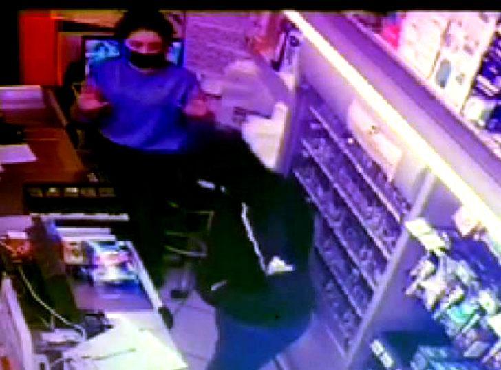 Avcılar'da markette silahlı soygun kamerada