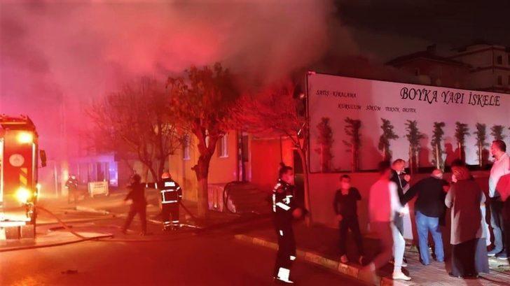 Evin çatısı alevlere teslim oldu, dumanlar gökyüzünü kapladı