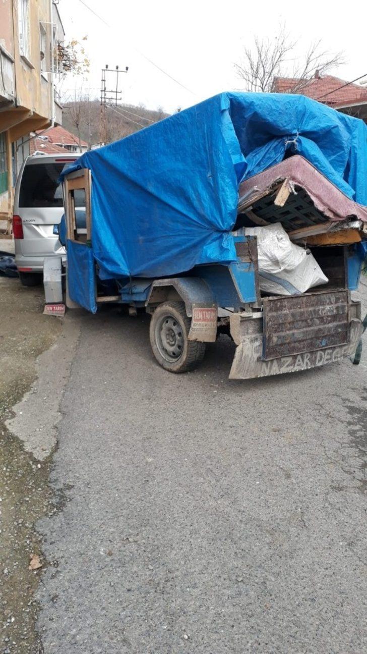 Tarım aracı park halindeki panelvana çarptı: 3 yaralı