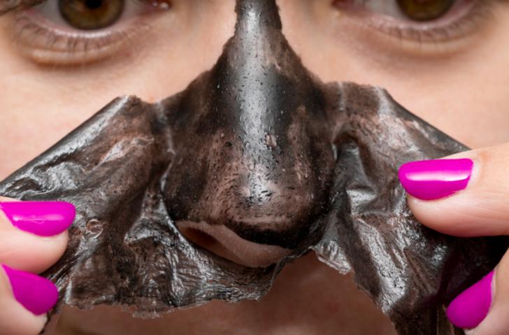 Cildi cam gibi yapıyor: Yüzünüzdeki karanlığı söküp atan siyah nokta maskesi
