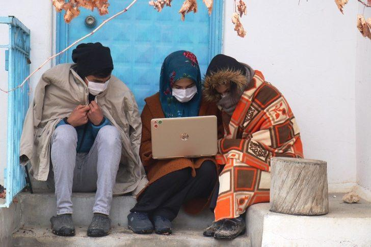 Öğrenciler, köylerinde internet çekmediği için battaniye alıp köy dışına çıkıyor