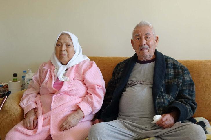 Mersin'de yaşayan biri 92 diğeri 82 yaşındaki çift, koronavirüsü yendi