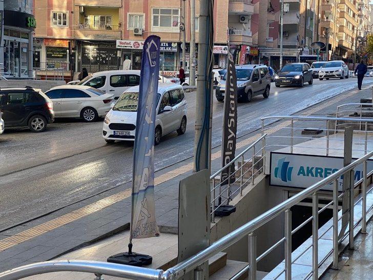 Mardin'de yolda oluşan buzlanma araçlara zor anlar yaşattı
