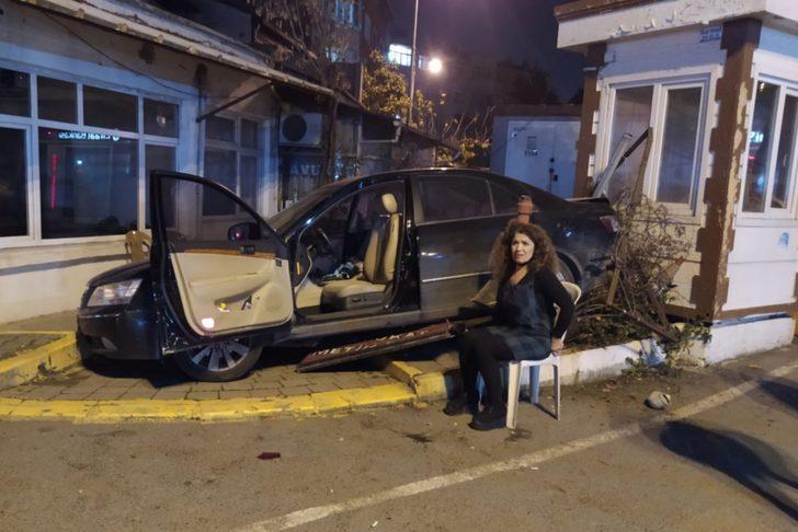 Eyüpsultan'da ilginç kaza! Geri geri giderek kaldırıma çıkan otomobil kulübeye çarptı