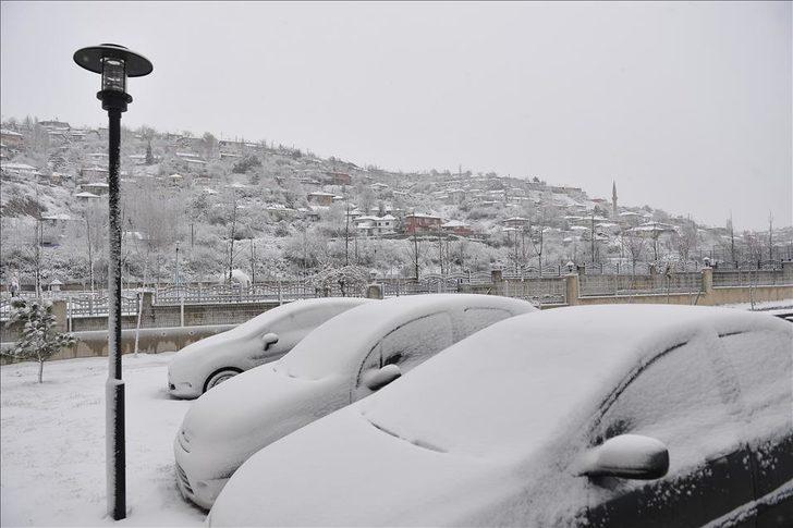 Ankara'da kar yağışının faturası ağır oldu: 400 araç hasar gördü