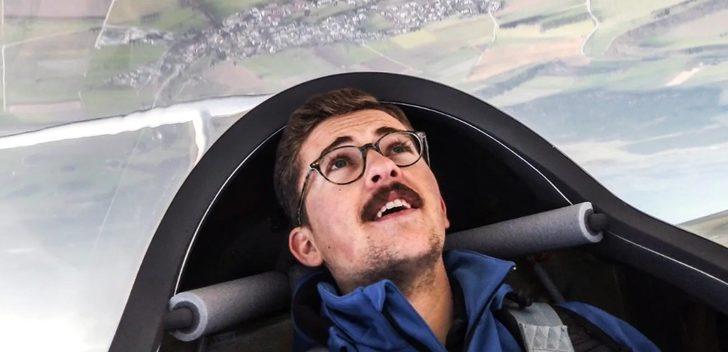 Almanya'da genç pilot gökyüzüne dev şırınga resmi çizdi