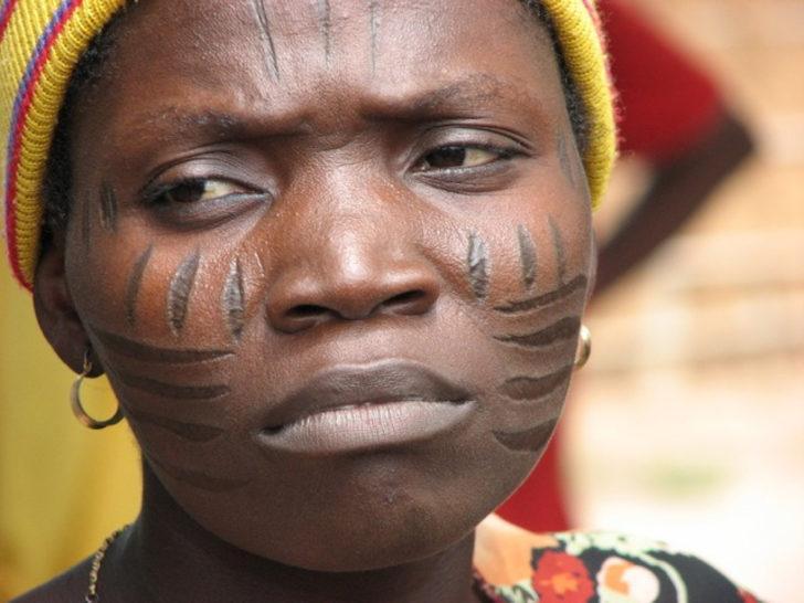 Bu semboller aslında soyadları: Afrika'nın acı verici geleneği deri kazıma