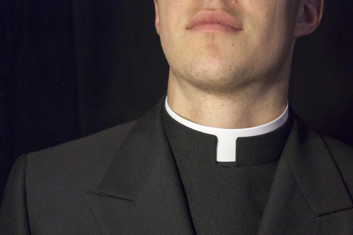 İki kadına tecavüz eden papazı karısı ihbar etti!