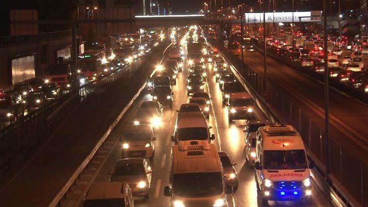 İstanbul'da sokağa çıkma kısıtlaması öncesinde trafik yoğunluğu yaşandı