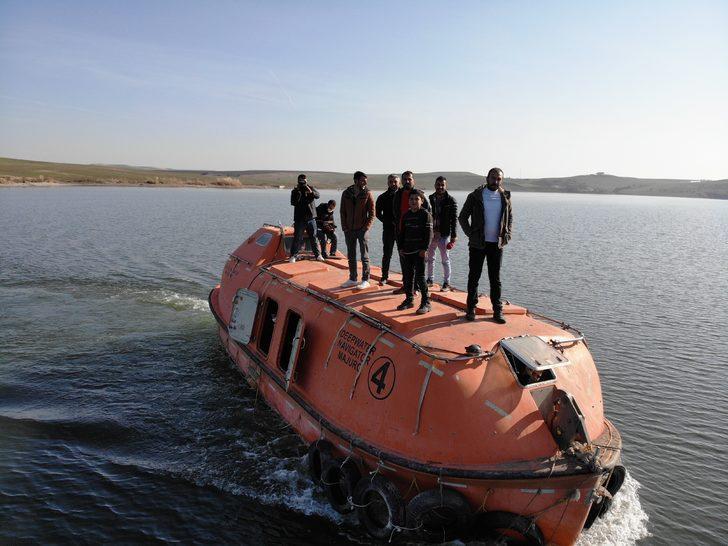 Diyarbakır'da 'denizaltı' ile ulaşımı sağlıyorlar