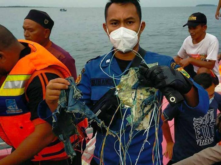 Endonezya'da kaybolan uçağın düştüğü açıklandı