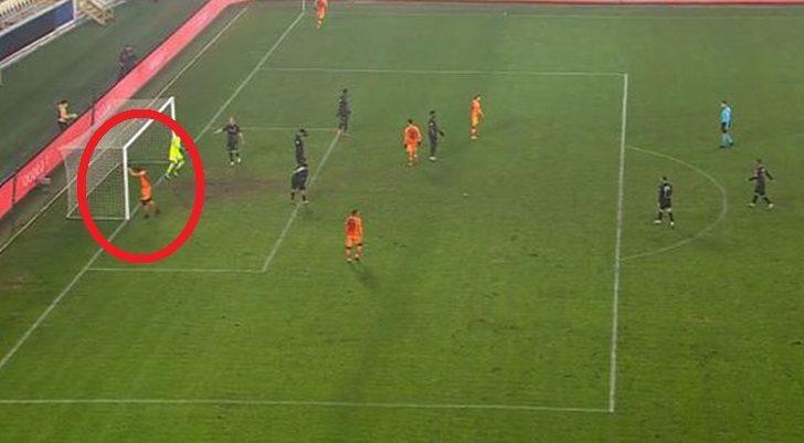 Galatasaray'da Mbaye Diagne direğe kafa attı!