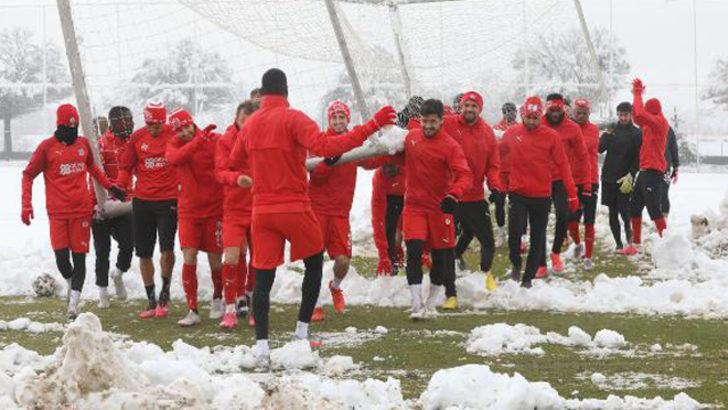 Sivasspor kar yağışı altında çalıştı