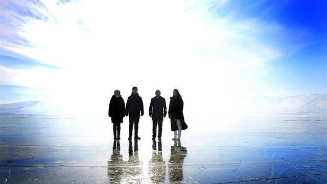 Vali Hüseyin Öner, yüzeyi buz tutan Çıldır Gölü'nde incelemelerde bulundu