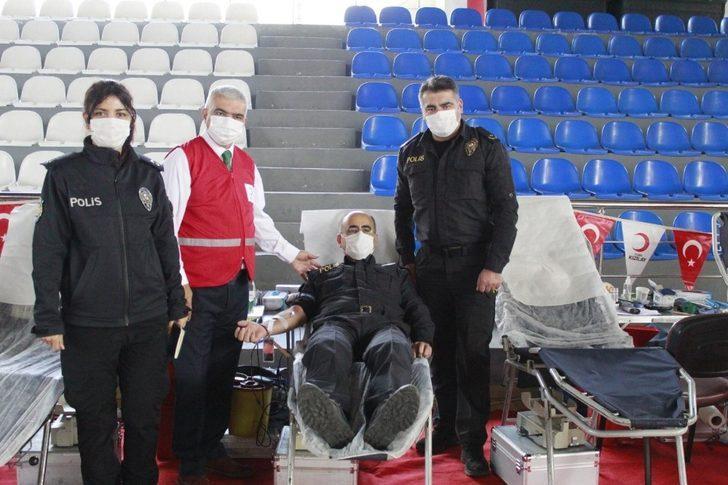Polis adayları kan bağışladı