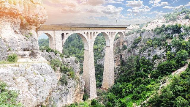 Mühendislik harikası Varda Köprüsü