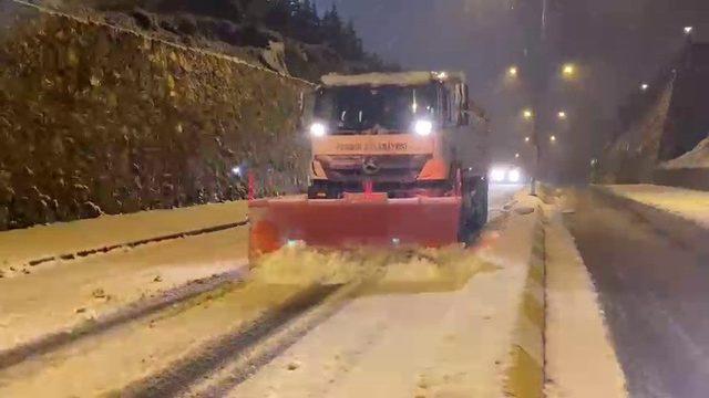 Pendik'te ekiplerin kar temizleme çalışmaları sürüyor