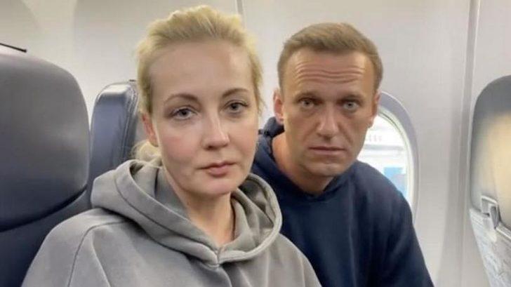 Zehirlenen muhalif Aleksey Navalni'yi taşıyan uçak Moskava'ya indi! Gözlatına alındı