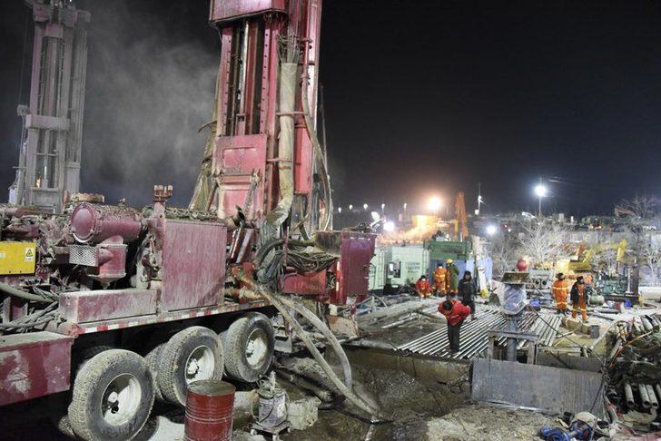 Çin'de bir hafta önce patlama meydana gelen madenden 12 işçi sağ çıkarıldı