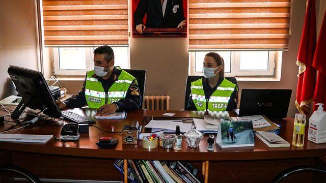 Jandarma EBA'dan öğrencilere trafik dersi verdi