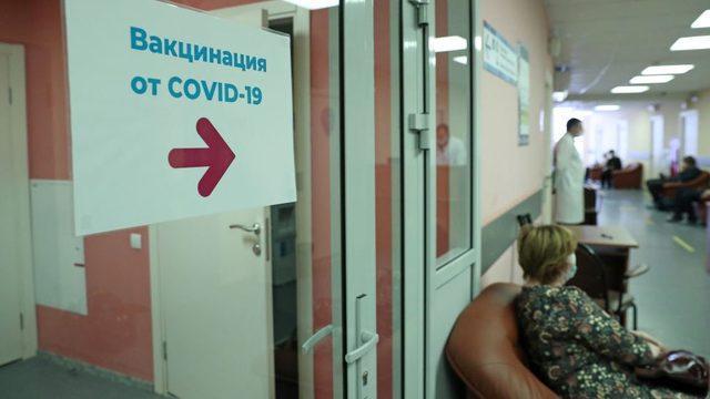Sputnik V'in aralık ayında ilk dozu verilmeye başlandığında çoğu klinikteki bekleme odaları yarı yarıya doluydu.