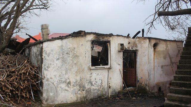 Giresun'da çıkan yangında yaşlı adamı komşuları kurtardı