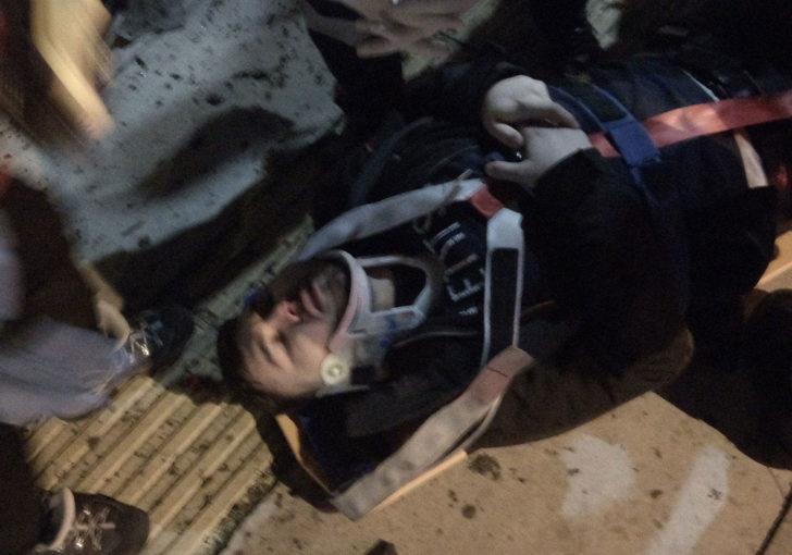 İzmir'de hafif ticari araç takla atarak tramvay yoluna uçtu: 2 yaralı