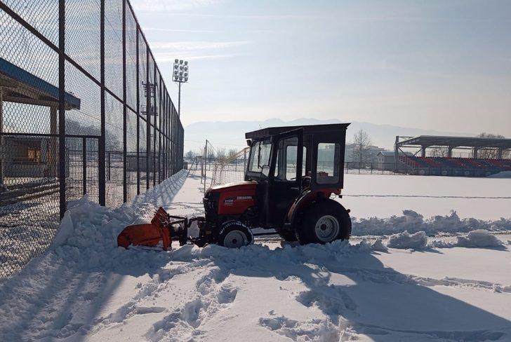 Futbol sahası kardan temizlendi