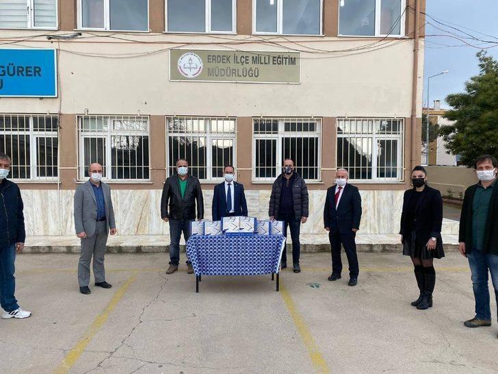 Erdek'te tablet bilgisayar dağıtımı sürüyor