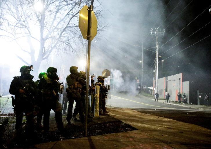 ABD'de Biden'ı protesto eden göstericiler Demokrat Parti ofisine saldırdı