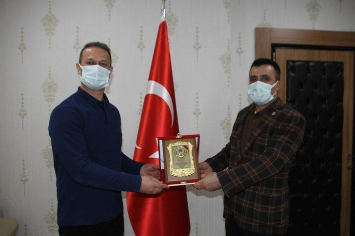 Başkan Kılıç'tan Kaymakam Yalçın'a teşekkür plaketi