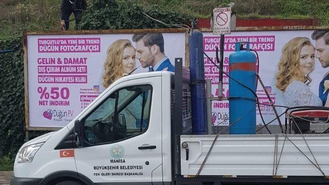 Turgutlu'da kaçak reklam panoları toplatıldı