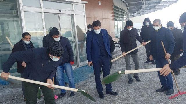 Ağrı'da eksi 32 derecede kazma ve küreklerle kar temizleme çalışması yaptılar