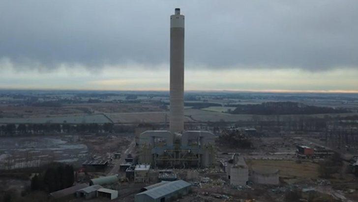 182 metrelik dev elektrik santrali bacası 4 saniyede böyle yıkıldı
