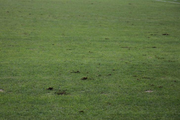Yeni Malatya Stadı'nın zemini tepki çekti