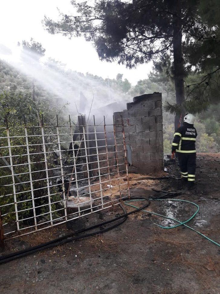 Odunluktaki yangın ormana sıçramadan söndürüldü
