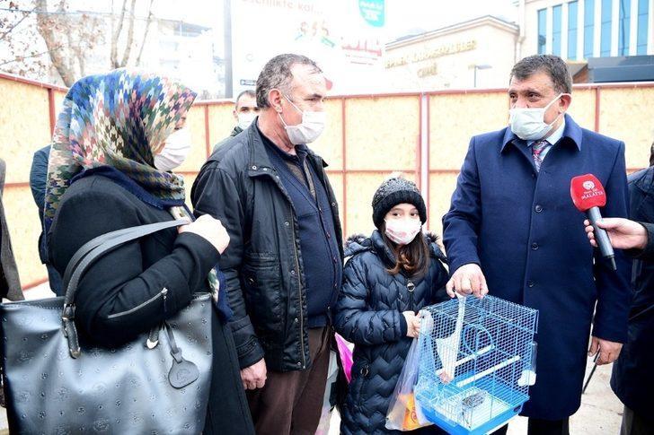 Minik Kardelen'in kanarya isteğini Başkan Gürkan yerine getirdi